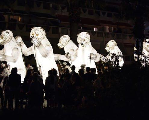 Spectacle d'ours géants articulés dans la rue