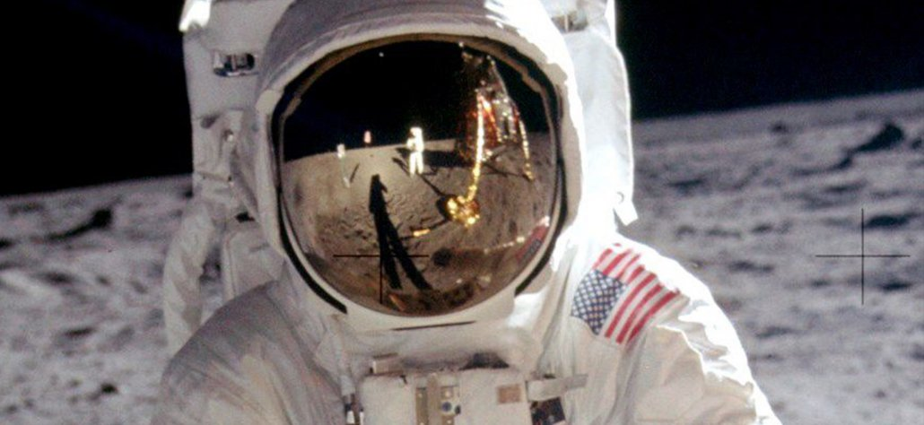 astronaute en combinaison sur la lune