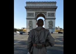 Soldat en Réalité Augmentée de dos regardant l'Arc de Triomphe